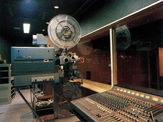 映写機から音響・照明をすべてコントロール